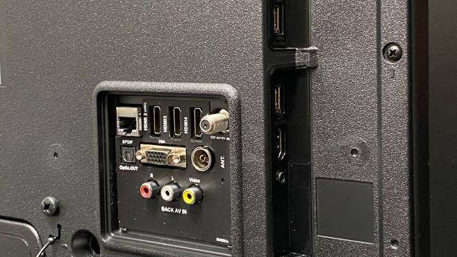 Auf der Rückseite vom Medion X15575 finden sich drei HDMI-Eingänge, ein vierter ist leicht zugänglich seitlich angeordnet.©COMPUTER BILD