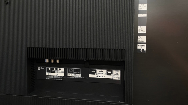Die Rückseite vom Sony A9 ist unter anderem mit vier HDMI-Eingängen, AV-Eingang, drei USB-Anschlüssen sowie TV-Buchsen für Kabel und Antenne sowie Satellit gut bestückt.©COMPUTER BILD