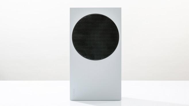 Die Vorderseite der Xbox Series S vor grauem Hintergrund©COMPUTER BILD
