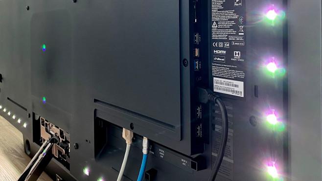 Der Philips OLED935 ist mit vier HDMI-Eingängen und zwei USB-Anschlüssen ausgestattet, rechts im Bild ein Teil der Ambilight-LEDs.©COMPUTER BILD