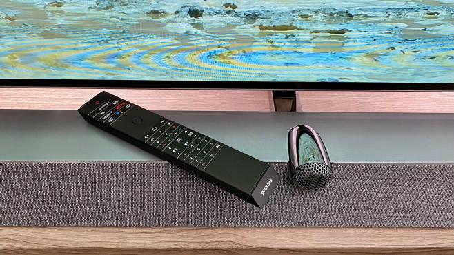 Die Fernbedienung vom Philips OLED935 sieht gut aus und fasst sich dank Leder-Rückseite gut an.©COMPUTER BILD