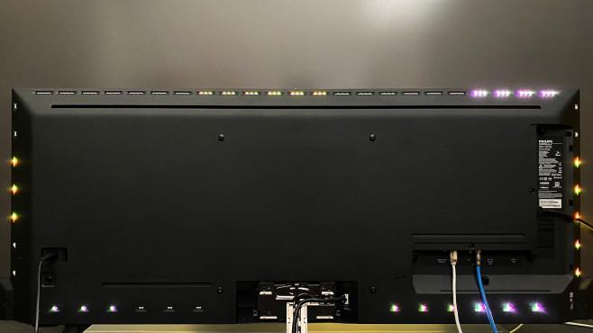 In der Rückseite vom Philips OLED935 bilden insgesamt 95 mehrfahrbige LEDs das Ambilight.©COMPUTER BILD