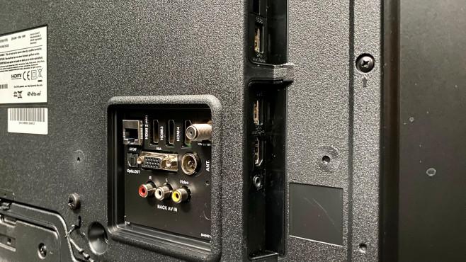 Auch die Rückseite vom OK. ODL55750 kann sich sehen lassen, mit vier HDMI-Eingängen, AV-Eingang, VGA-Anschluss und zwei USB-Anschlüssen.©COMPUTER BILD
