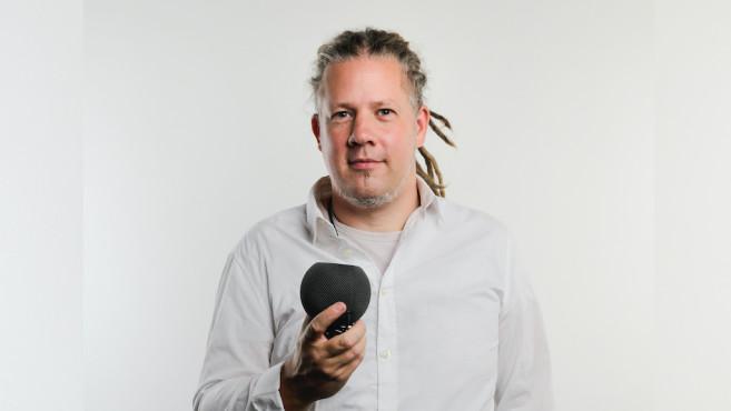 Apple HomePod mini, in der Hand des Redakteurs©Apple, COMPUTERBILD