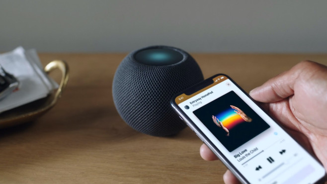 Apple HomePod mini, mit iPhone © Apple