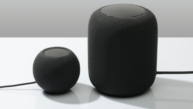 Apple HomePod mini, neben dem ersten HomePod©Apple, COMPUTERBILD