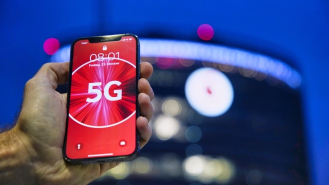 iPhone 12 mit 5G-Logo©Vodafone