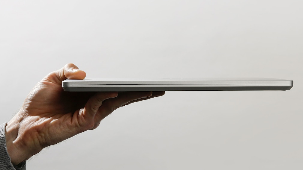 Hand hält den Microsoft Surface Laptop Go.