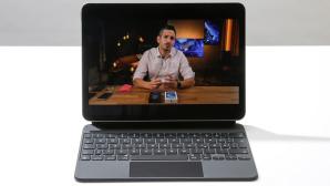 Das iPad Air im Magic Keyboard steht auf einem weißen Tisch vor grauem Hintergrund.©COMPUTER BILD, Cornelius Braun