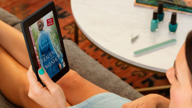 Eine Frau liest ein eBook auf einem Amazon Fire 7.©Amazon