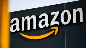 Amazon: Logo © Getty Images / Ina Fassbender