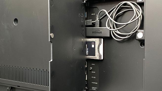 Auf der Rückseite vom Loewe Bild V bleibt unterm mitgelieferten Amazon Fire-TV-Stick genügend Platz.©COMPUTER BILD