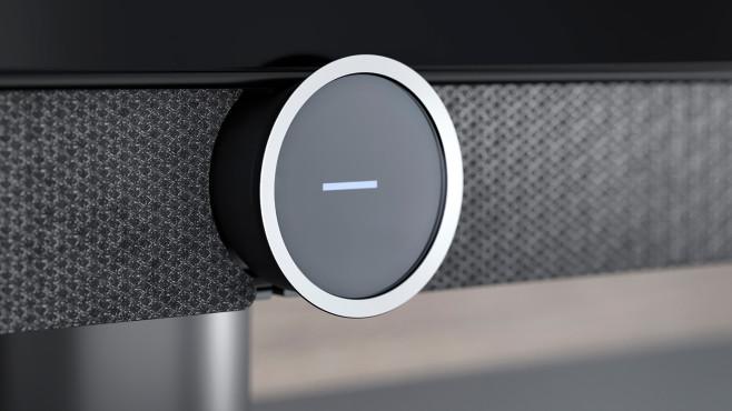 Unter dem Bildschirm sind die Lautsprecher hinter eine schönen Stoffblende versteckt.©Loewe