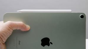 Hand hält das neue iPad AIr mit Apple Pencil.©COMPUTER BILD