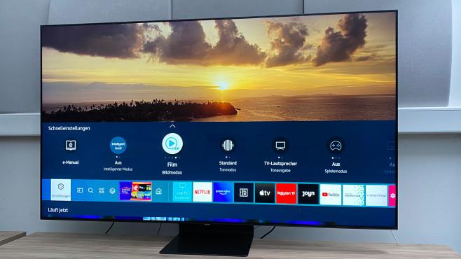 Ein Druck auf die Home-Taste der Samsung-Fernbedienung blendet den Smart Hub mit Apps, angeschlossenen Geräten und wichtigen Einstellungen ein.©COMPUTER BILD