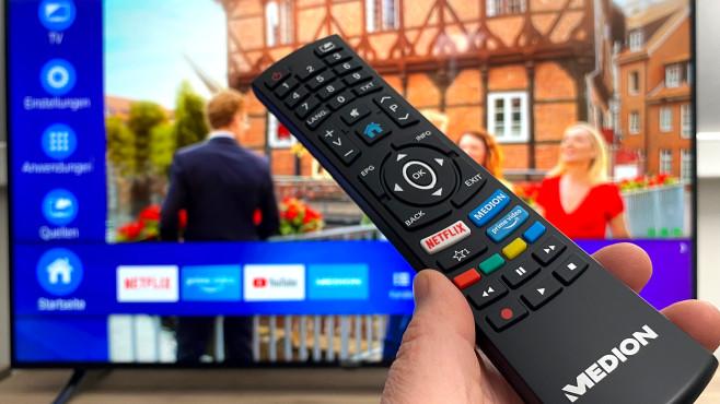 Die große Fernbedienung vom Medion X16596 (MD 32196) bietet eigene Tasten für Amazon Prime Video und für Netflix.©COMPUTER BILD