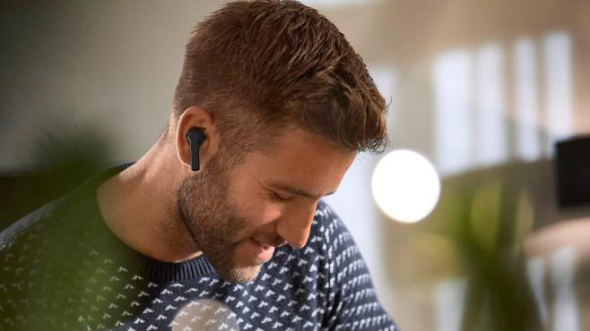 Mann trägt Tchibo TWS-In-Ears©Tchibo