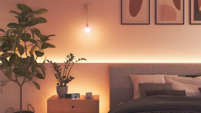 Nanoleaf-Lampe und Lightstrip beleuchten ein Schlafzimmer.©Nanoleaf