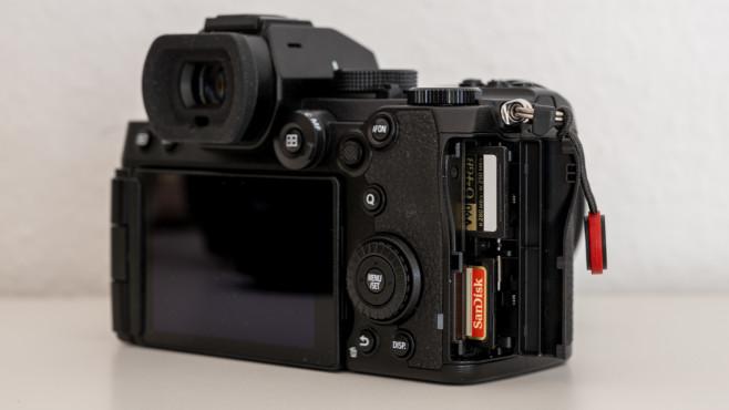 Panasonic Lumix S5 Zwei Steckplätze für SD-Karten©COMPUTER BILD