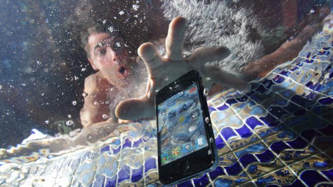 iPhone im Wasser©gettyimages.de / Peter Cade