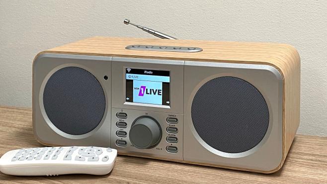WLAN-Internetradio mit Farbdisplay von Tchibo im Praxis-Test: Mit 28 x 10 x 10 Zentimetern nimmt das Radio wenig Platz weg.©COMPUTER BILD