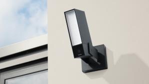 Netatmo Smarte Außenkamera mit Alarmsirene, an der Wand montiert©Netatmo