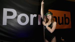 Eine Frau vor einem Pornhub-Plakat©Gabe Ginsberg / Getty Images
