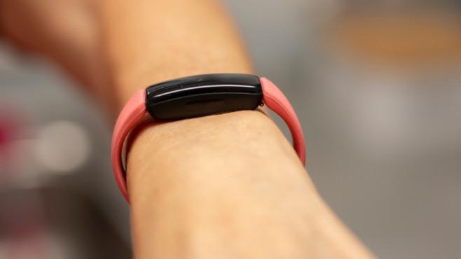 Fitbit Inspire 2 seitlich am Arm©COMPUTER BILD