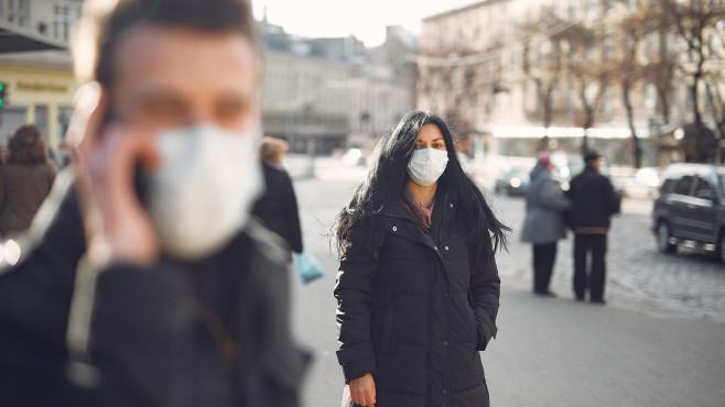 Passanten mit Maske©pexels.com / Gustavo Fring