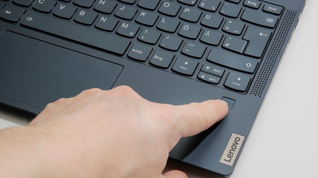 Finger auf dem Fingerabdrucksensor des Lenovo Yoga 6