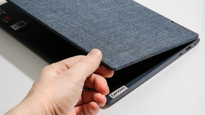 Hand berührt die Stoffrückseite des Lenovo Yoga 6.©COMPUTER BILD