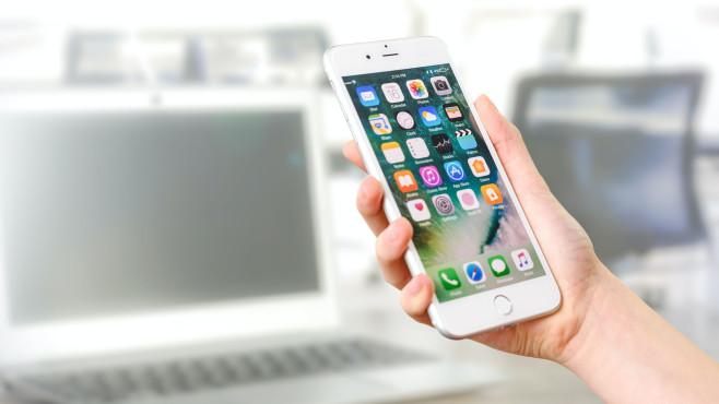 Smartphone in der rechten Hand©pexels.com