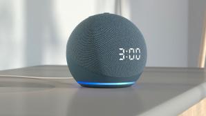 Amazon Echo Dot mit Uhr steht auf einem Schrank.©Amazon
