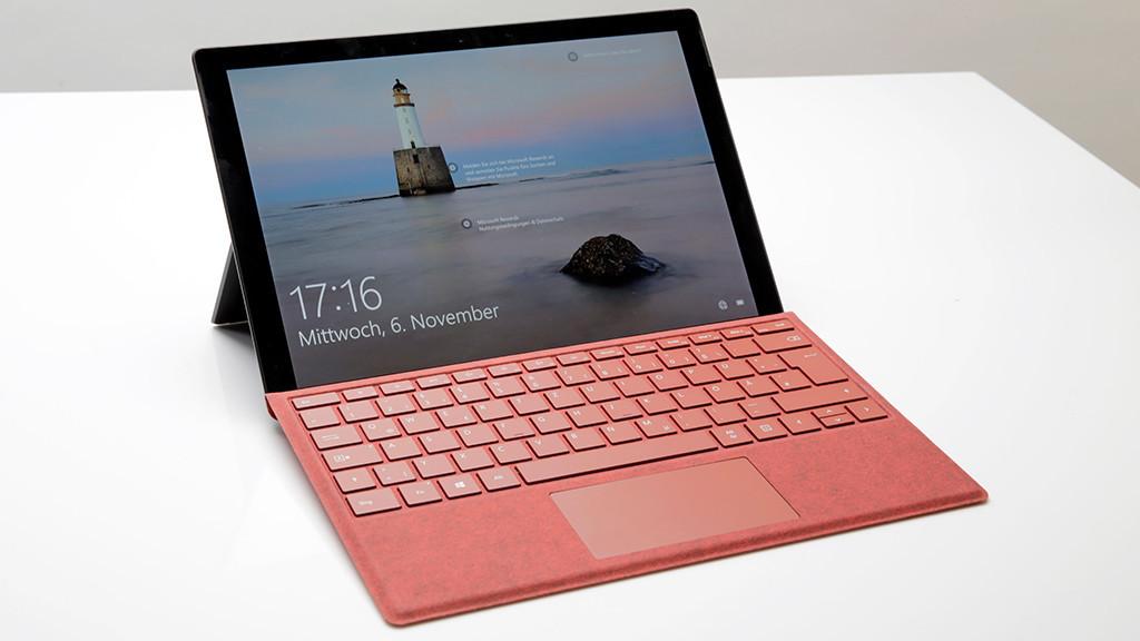 Microsoft Surface Pro 7 steht auf einem weißen Tisch.©COMPUTER BILD