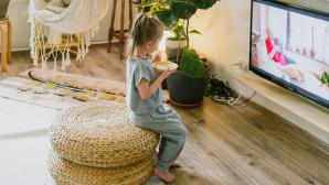 Kind sitzt vor Fernseher©Ksenia Chernaya von Pexels