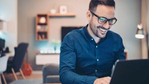 Home-Office: Brillen mit Blaulichtfilter sind Wellness für gestresste Augen©iStockphoto/pixelfit
