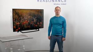 Ein Mann neben dem kabellosen Fernseher©YouTube