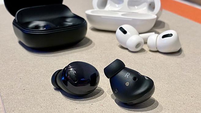 Samsung Galaxy Buds Pro und Apple AirPods Pro im Vergleich: Beide haben ihre Vorzüger, doch am Ende siegt einer klar.©COMPUTER BILD
