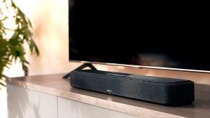 Die Denon Home Soundbar 550 soll für satte Klänge beim Fernsehen und für musikalische Unterhaltung sorgen.©Denon
