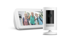 Ring Indoor Cam vor einem Echo Show © Amazon, Ring