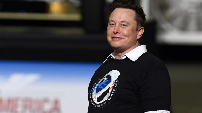 Elon Musk steht auf einer Bühne.©SOPA Images / Getty Images