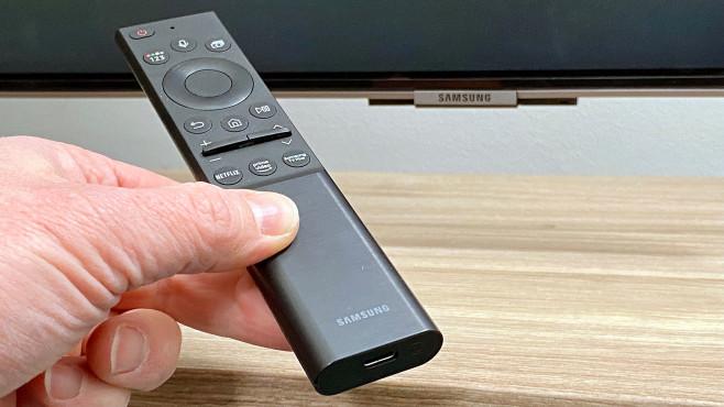 Die neue Fernbedienung vom Samsung QN95A ist Akku-betrieben.©COMPUTER BILD