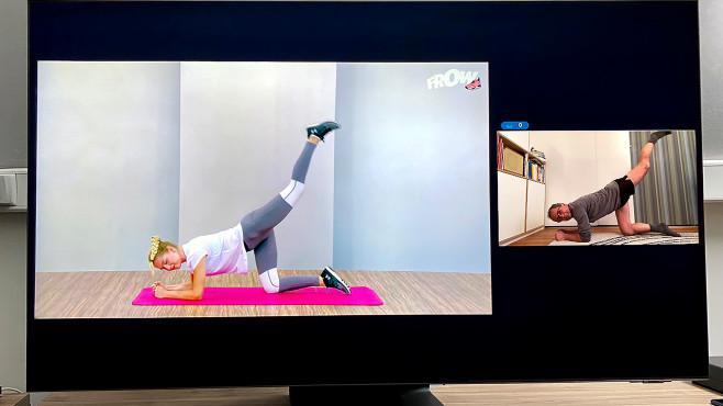 Im neuen Multi View Modus zeigt der Samsung QN95A zwei Bildfenster nebeneinander, etwa das Webcam-Bild des Nutzers neben einem Youtube-Tutorial.©COMPUTER BILD