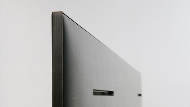 Trotz aufwändiger Mini-LED-Technik ist der Samsung QN95A nur 2 Zentimeter dick. Hinter den Schlitzen in der Rückseite sind zusätzliche Lautsprecher versteckt.©COMPUTER BILD