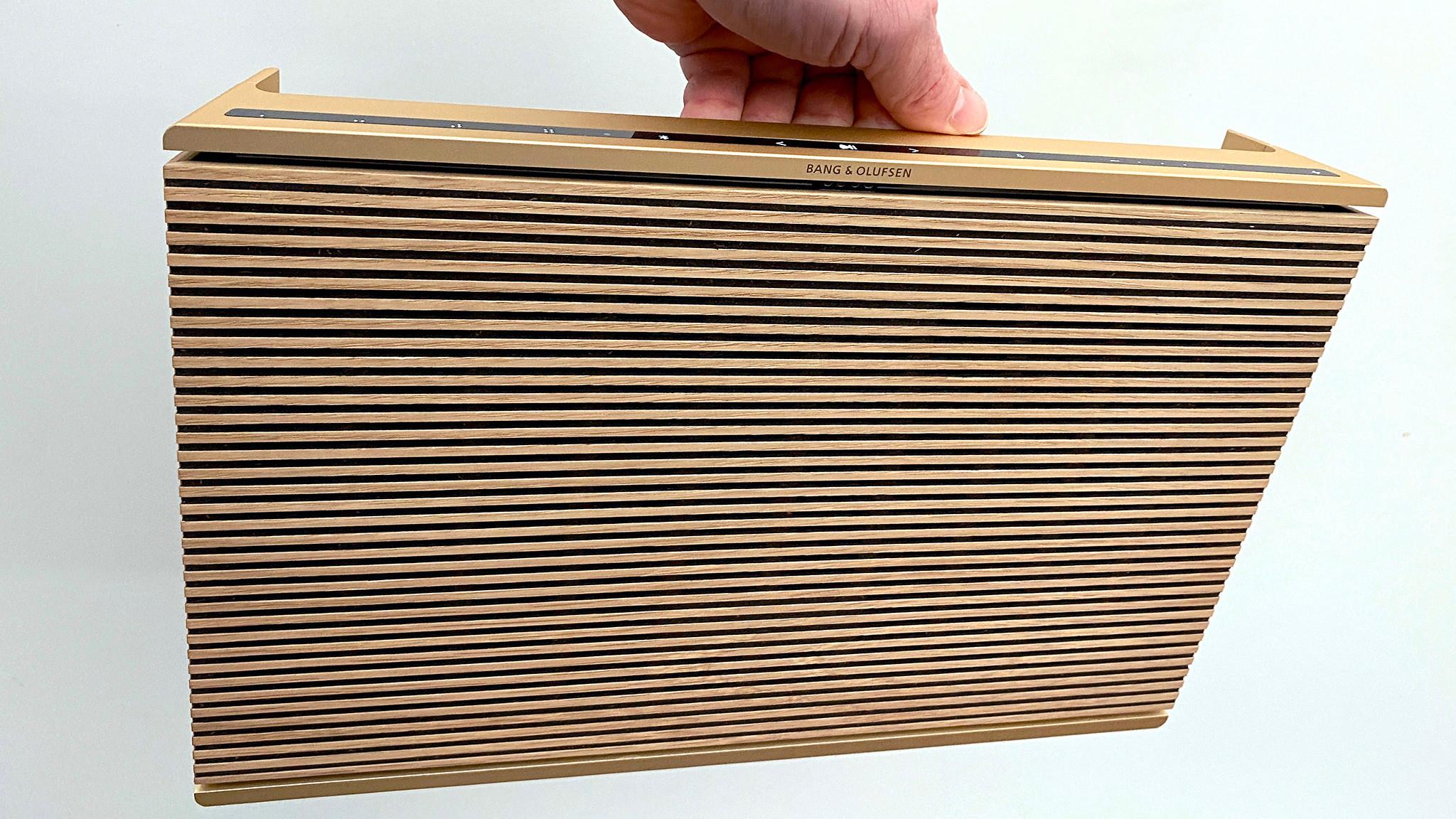B&O Beosound Level im Test: Der WLAN-Lautsprecher verbirgt seine Technik hinter einem fein gefrästen Holz-Gitter.©COMPUTER BILD