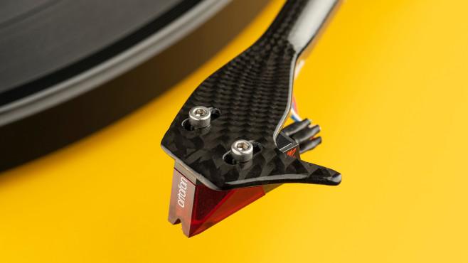 Pro-Ject liefert den Debut Carbon Evo mit einem spielfertig montierten Ortofon 2M red Tonabnehmer.©Pro-Ject