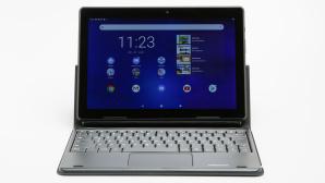 Das Medion LifeTab E10802 mit Tastaturhülle vor grauem Hintergrund.©COMPUTER BILD