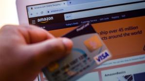 Eine Amazon-Kreditkarte vor einem Laptop©SOPA images/gettyimages