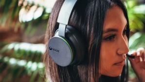 Frau tr�gt Xbox Wireless Headset©Microsoft