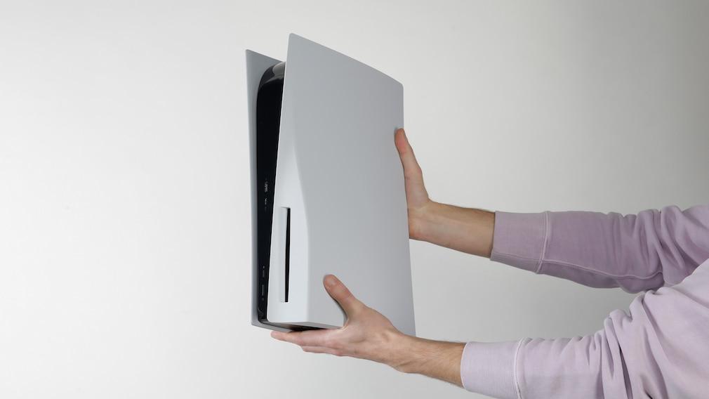 Hände halten die PS5©COMPUTER BILD